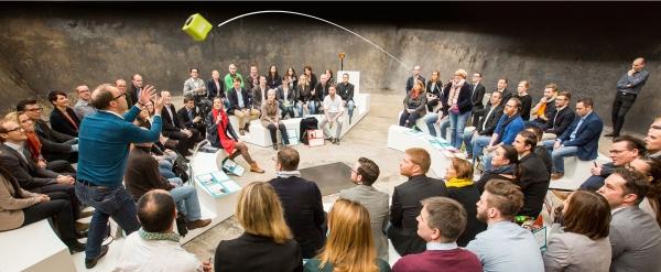 Microfon wireless CatchBox Plus, pentru conferinte de 1000 persoane, culoare verde